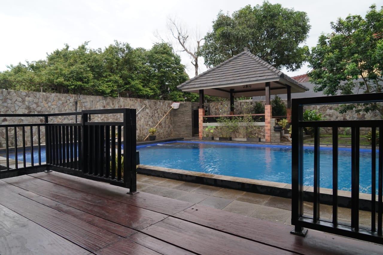Pesona Air - Balkon kolam renang untuk bersantai